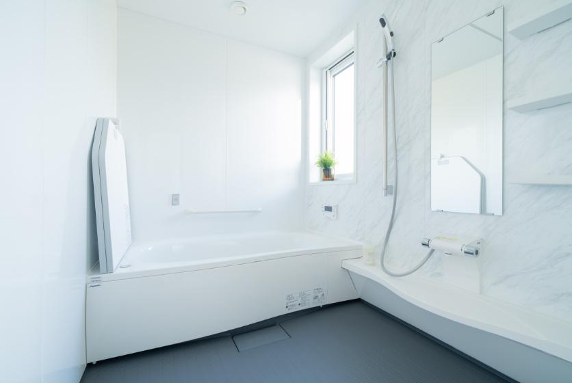 木目調の壁紙がリラックス空間をもたらす浴室の写真